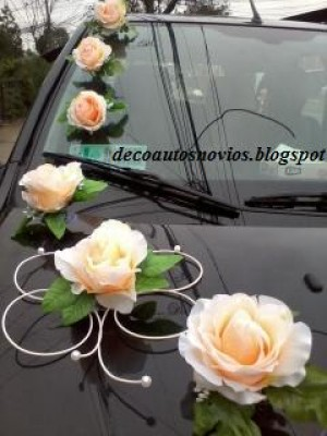exclusivas decoraciones para autos de novios con flores artificiales